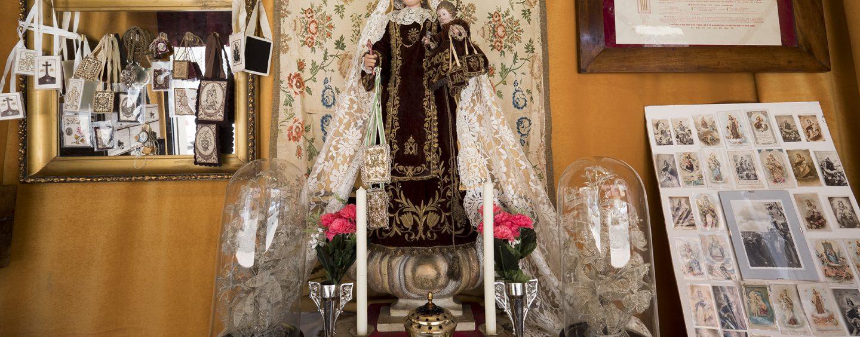 Restauraciones y tapizados Angulo dedica su escaparate a la Virgen del Carmen