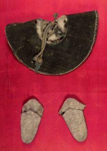 Capelo y sandalias pontificales