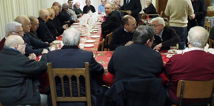 Café navideño en el hogar sacerdotal