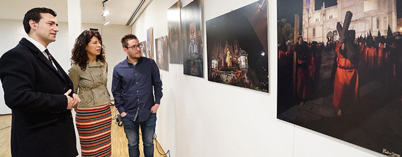 La Oficina de Turismo acoge una nueva Exposición de fotografías sobre la Semana Santa de Valladolid, Medina del Campo y Medina de Rioseco