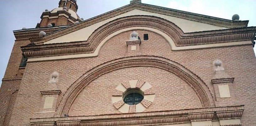 La fachada principal de la Parroquia de San Pedro Apóstol de Serrada ya luce totalmente restaurada